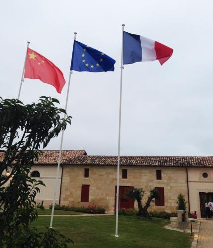 Monlot-drapeaux-1-lemaire-hebdo-vin-chine