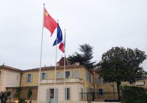 Monlot-drapeaux-2-lemaire-hebdo-vin-chine
