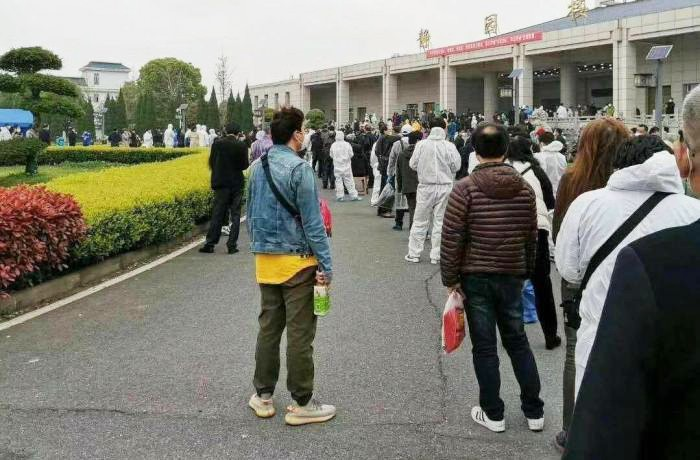 urne-chine-Wuhan-queue-lemaire-hebdo-vin