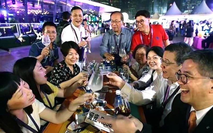 Hong-kong-festival-people-lemaire-hebdo-vin-chine