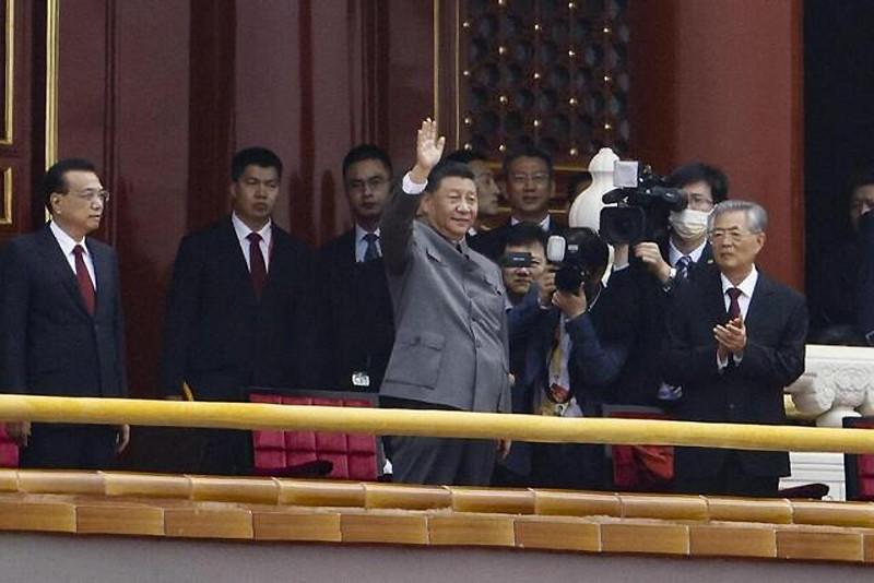 Xi-Jinping-Hu-Jintao-Tiananmen-centenaire-PCC-Lemaire-hebdo-vin-chine